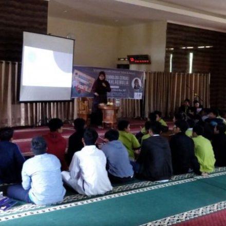Seminar Internet Sehat dan Aman Santri PQBS