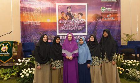 Tasmi Al-Quran Santri Banaat Pesantren PQBS di acara Sharing Session Bersama Arie Untung/Fenita Arie dan Dimas Seto/Dhini Aminarti